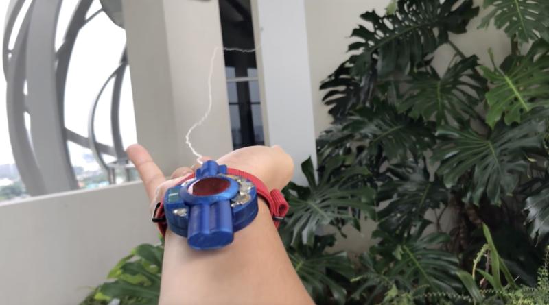 Ce fan de Spider-Man a créé un propulseur de fils d'araignée qui se collent (presque) partout